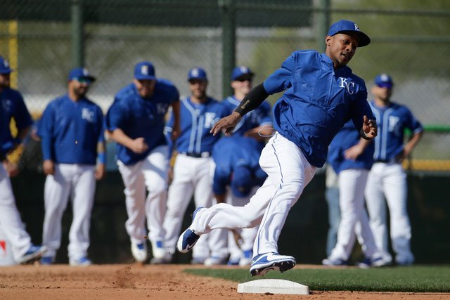 Kansas City Royals' Jarrod Dyson practices running bases during spring training baseball practice Tuesday, Feb. 23, 2016, in Surprise, Ariz. (AP Photo/Charlie Riedel)