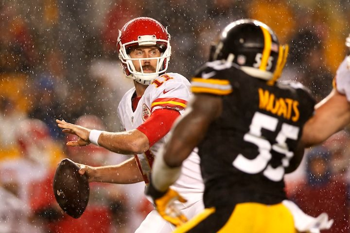 Chiefs quarterback Alex Smith looks to pass during the first half of an NFL football game against the Steelers. (AP PHOTO)