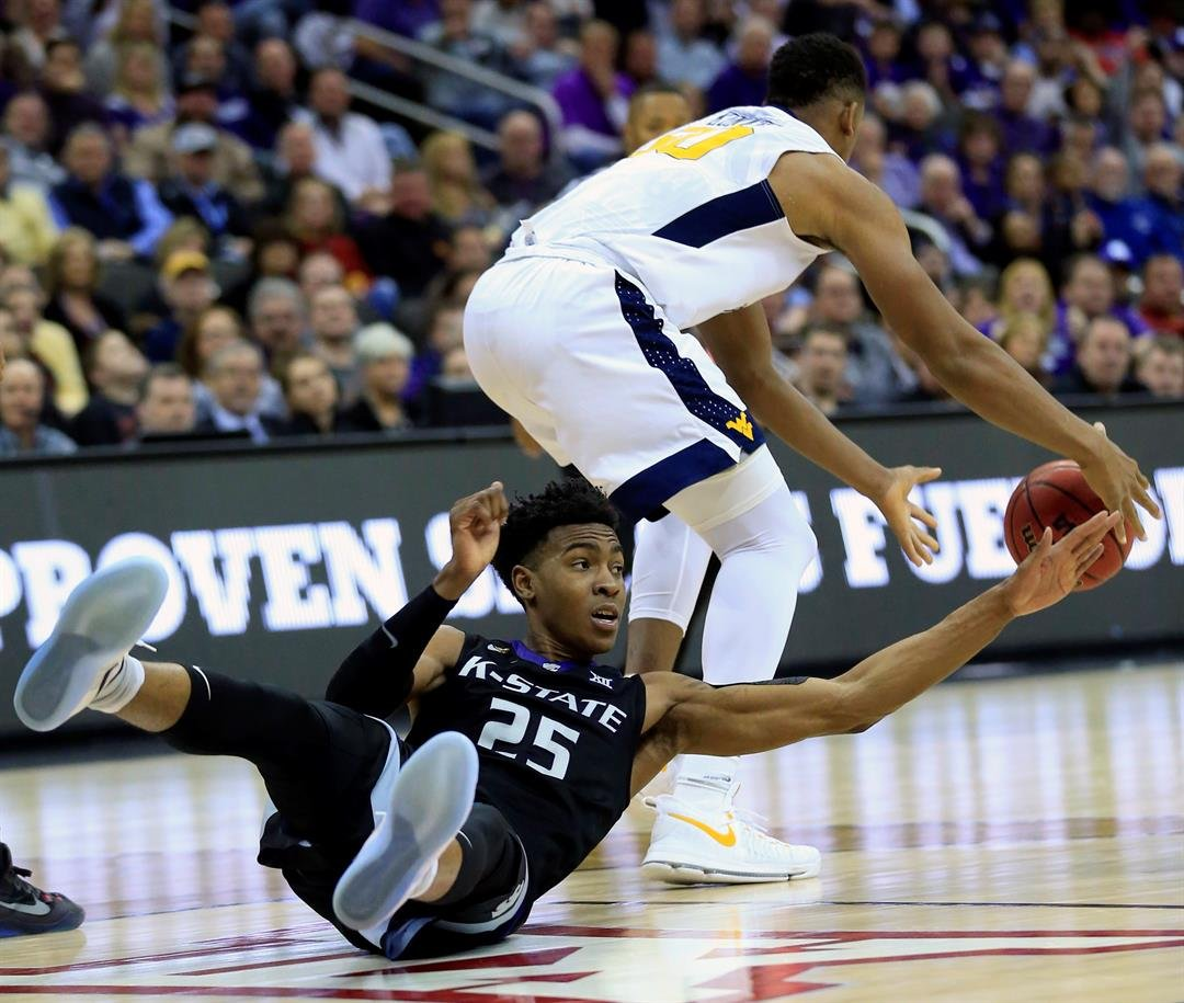 Kansas State forward Wesley Iwundu (25) and West Virginia forward Sagaba Konate (50) chase the ball during second half of an NCAA college basketball game in the semifinals of the Big 12 tournament in Kansas City, Mo., Friday, March 10, 2017. (AP)