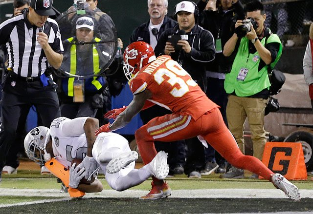 Oakland Raiders wide receiver Michael Crabtree, bottom, catches a touchdown pass in front of Kansas City Chiefs cornerback Terrance Mitchell (39) during the second half of an NFL football game in Oakland, Calif., Thursday, Oct. 19, 2017. (AP)