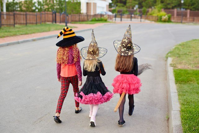 While kids are focusing on the big bags of candy, Halloween night can be a big worry for parents. When it comes to keeping kids safe don't worry, there's an app for that. (Graphicstock)