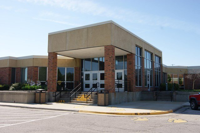 Boy, 15, charged in online bomb threat to Blue Valley High School