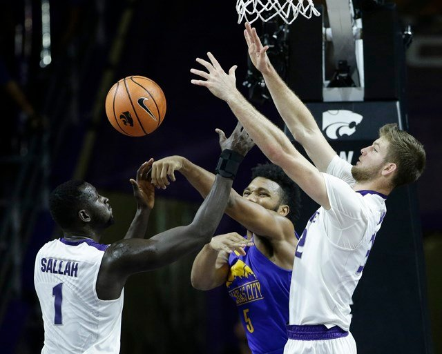 After both teams struggled to get baskets early going, the Wildcats (2-0) put together a game-breaking 15-2 run in the final five minutes of the first half to give them a 14-point lead at the half. (AP)
