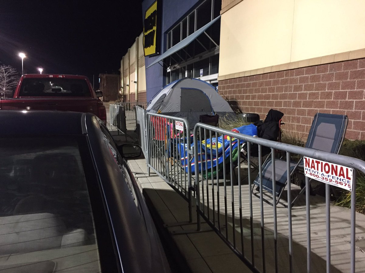 The view outside a Best Buy in the Northland on Thanksgiving morning. (Stephanie Kayser/KCTV)