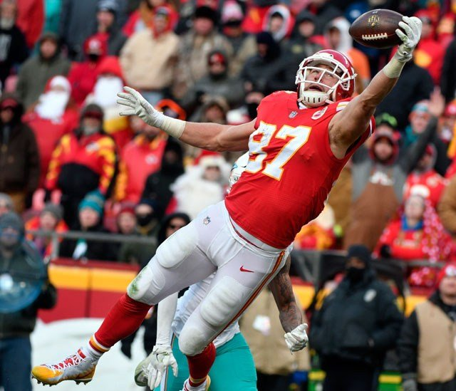 Kansas City Chiefs tight end Travis Kelce (87) makes a one-handed catch of the ball in the end zone but drops it during the second half of an NFL football game against the Miami Dolphins in Kansas City, Mo., Sunday, Dec. 24, 2017. (AP Photo/Ed Zurga)
