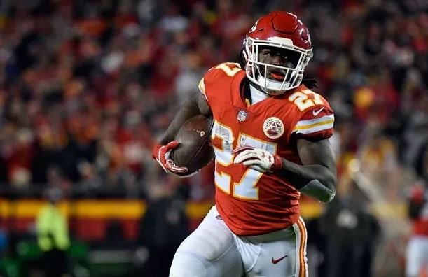 Chiefs RB Kareem Hunt accused of shoving woman outside apartment