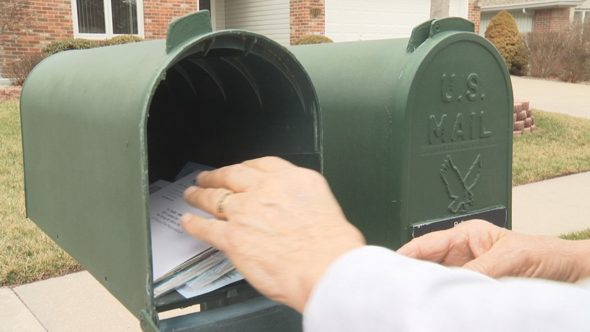 A quiet Independence neighborhood says they are the target of nasty thieves who realize many of them still write checks. (KCTV5)