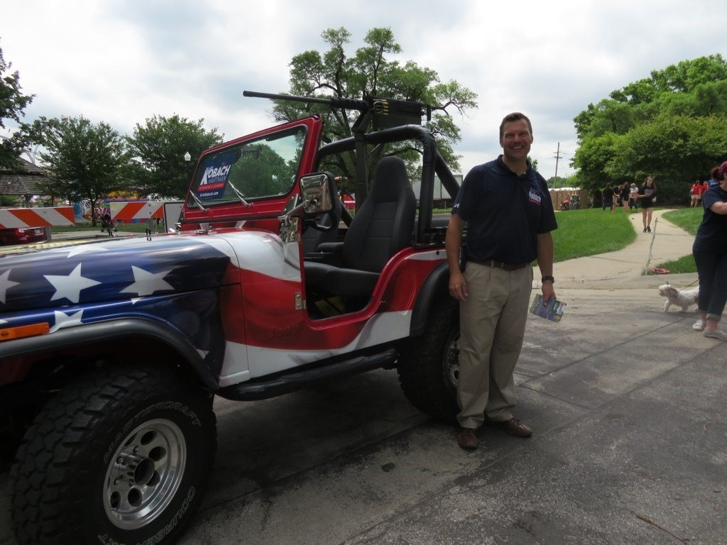 Kansas Secretary of State and gubernatorial candidate Kris Kobach's Jeep is decked out in red, white and blue with what appears to be a .50-caliber machine gun mounted to the front. (Kris Kobach/Twitter)