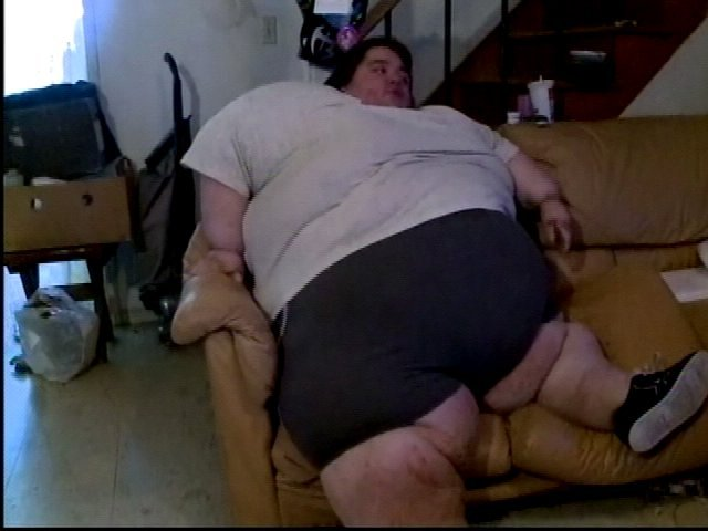On his 23rd birthday, at 700 pounds, Robert Gibbs says he is a prisoner in his own body. (KPIX/CBS)