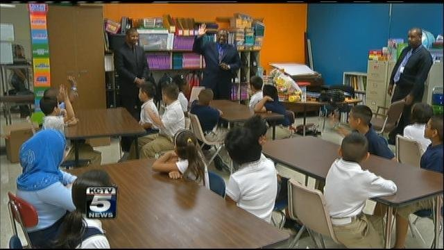 Kansas City School District Superintendent Stephen Green visits classroom