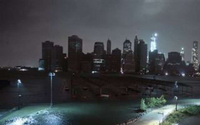 © Lower Manhattan goes dark during hurricane Sandy, on Monday, Oct. 29, 2012, as seen from Brooklyn, N.Y. (AP Photo/Bebeto Matthews)