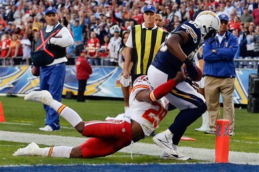 © San Diego Chargers tight end Antonio Gates, right, scores a touchdown on a 14-yard pass as Kansas City Chiefs strong safety Eric Berry attempts to tackle during the first half of their NFL football game, Thurs. in San Diego. (AP Photo/Greg Bull)