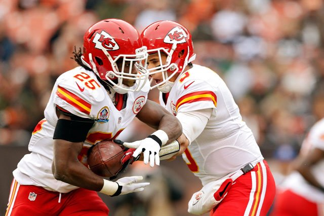 Kansas City Chiefs running back Jamaal Charles (25) takes the handoff from quarterback Brady Quinn on his way to an 80-yard touchdown run against the Cleveland Browns in the first in Cleveland, Sunday, Dec. 9, 2012. (AP Photo/Rick Osentoski)