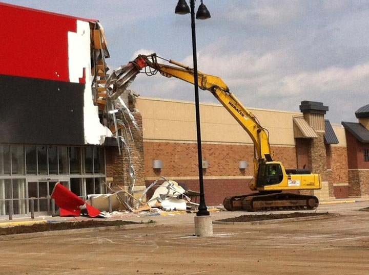 The beginning of the demolition of the vacant Circuit City building. (Michael Ross/KCTV5)