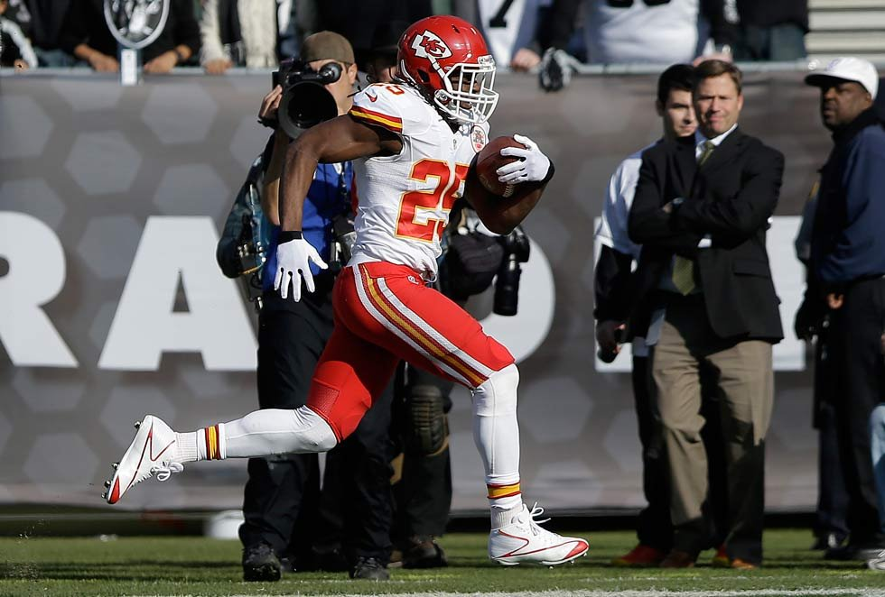 Kansas City Chiefs running back Jamaal Charles (25) runs toward the end zone to score on a 49-yard touchdown reception against the Oakland Raiders during the first quarter of an NFL football game in Oakland, Calif. (AP Photo/Jeff Chiu)
