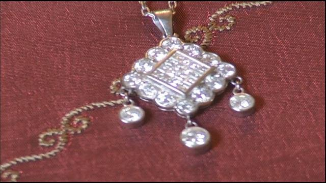 Woman says jewelry store replaced 10k necklace with 50 for Jewelry arts prairie village