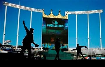 (AP Photo/Matt Slocum ). San Francisco Giants warm up before Game 1 of baseball's World Series against the Kansas City Royals Tuesday, Oct. 21, 2014, in Kansas City, Mo.