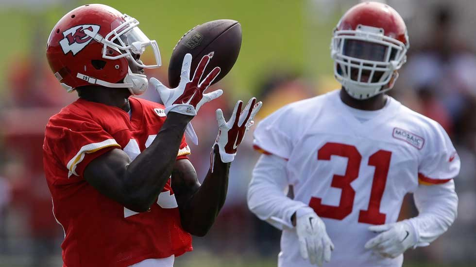 Jeremy Maclin catches pass during training camp on Aug. 5 (AP)