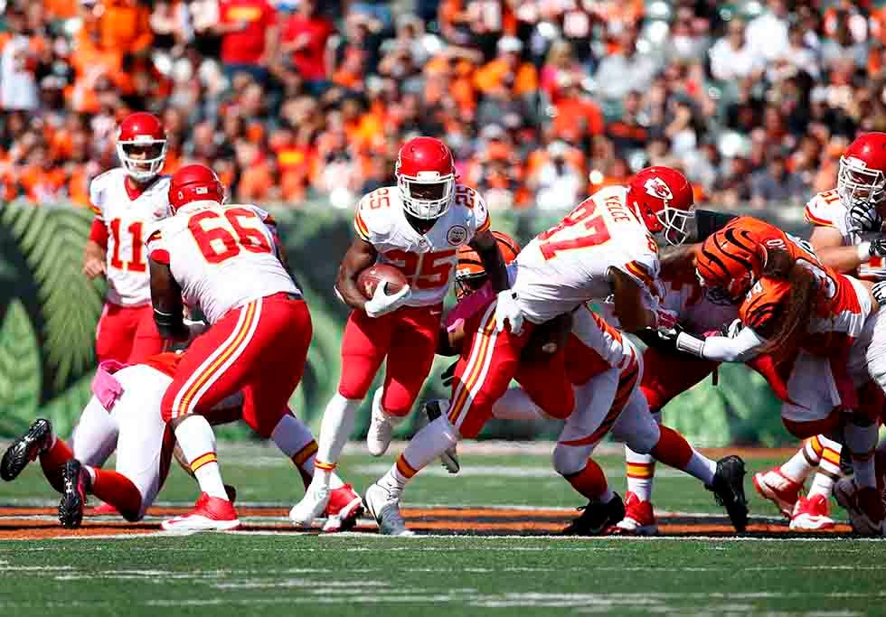 Kansas City Chiefs running back Jamaal Charles (25) runs against the Cincinnati Bengals in the second half of an NFL football game, Sunday, Oct. 4, 2015, in Cincinnati. (AP Photo/Paul Sancya)